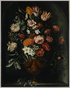 Vaas met tulpen, rozen, lelies en andere bloemen in een stenen nis