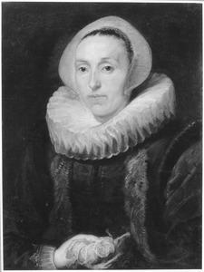Portret van een vrouw, ten halven lijve, met een roos in de hand