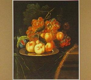 Stilleven van perziken, abrikozen en druiven op een tinnen bord