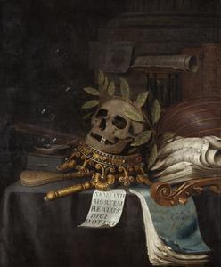 Vanitasstilleven met een gelauwerd doodshoofd op een omgekeerde kroon