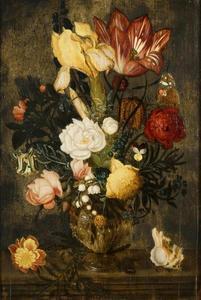 Bloemen in een siervaas, geflankeerd door een schelp en afrikaantje, op een stenen plint