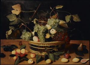 Druiven, abrikozen, pruimen en vijgen in en rond een rieten mand op een houten blad