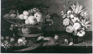 Stilleven met vruchten in mand, bloemen in vaas, insekten en een papagaai