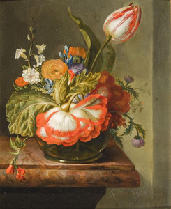 Bloemen in een glazen vaas op een marmeren blad