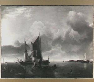 Schepen voor anker in kalm water, één schip lost een saluutschot