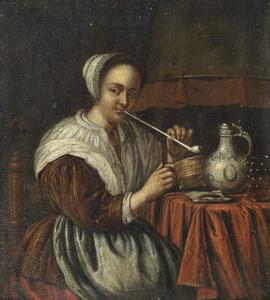 Een vrouw die een pijp rookt aan een tafel