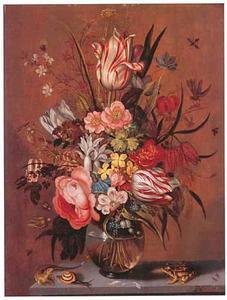Bloemen in een glazen vaas op een stenen plint, geflankeerd door een kikker, slak en hagedis