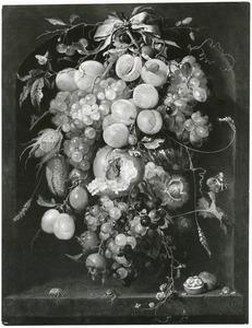 Vruchtenfestoen, hangend aan een strik, in een nis