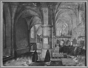 Kerkinterieur met bezoekers bij een dienst