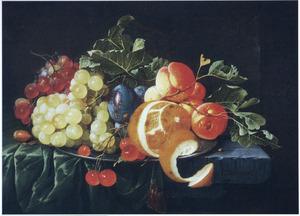 Vruchtenstilleven op een stenen blad met een donkergroen kleed