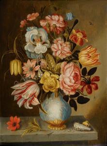 Bloemen in een porseleinen vaas met vergulde voet op een stenen plint
