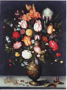 Bloemen in een geëmaillerde metalen vaas op een stenen plint