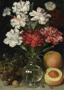 Bloemstilleven in een glazen vaas, op de voorgrond druiven en twee perziken