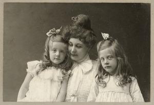 Portret van Johanna Hedrika Henkes (1878-?), Hester Simonette Justine Eberson (1899-?) en Lucie Hermance Eberson (1901-1995)