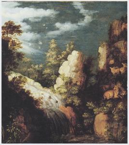 Rotsachtig berglandschap met herten bij een waterval