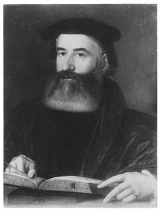 Portret van een man bladerend in een boek