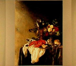 Pronkstilleven met een roemer in een bekerschroef, een tazza met vruchten, kreeft, porselein, brood en horloge op een donker kleed en een wit servet