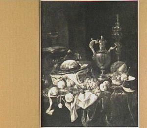 Pronkstilleven met kan met tuit en akeleibeker, vruchten en gebraad, nis met muziekboek, glas en blokfluit