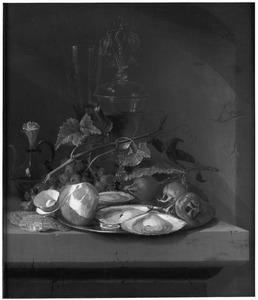 Stilleven met vruchten,oesters, een fluitglas en een wijnglas à la façon Venise