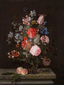 Stilleven met bloemen en perziken op een stenen tafel