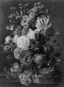 Vaas met bloemen en een vogelnest op een marmeren blad voor een bos