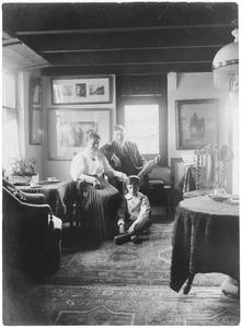Evert Pieters met zijn familie in het atelier
