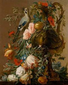 Stilleven met bloemen in een siervaas en een Vlaamse gaai