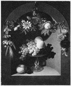 Stilleven met een glazen schaal met vruchten in een nis en een bloemguirlande