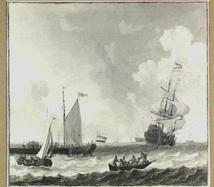 Schepen voor de kust met links een aanlegsteiger