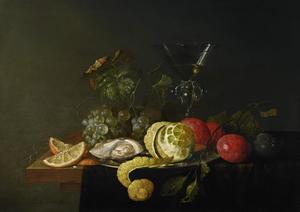 Stilleven met wijnglas, vruchten en een oester op een tafel, gedekt met een donker kleed