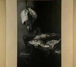 Visstilleven met kabeljauw en zalm in mand, bosje wortelen, emmer, kan met deksel en schollen aan haak