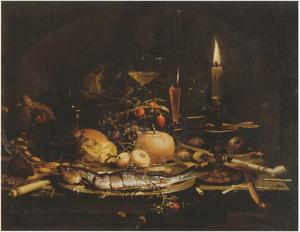 Stilleven met maatjesharing, broodje en wijnglazen bij kaarslicht
