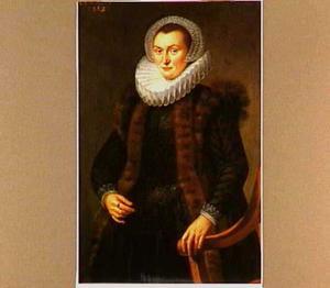 Portret van een vrouw staande bij een stoel