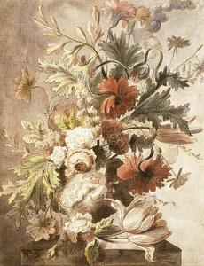 Bloemstilleven in een vaas, versierd met putti, op een piëdestal