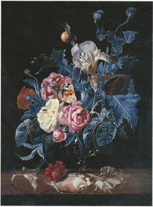 Bloemen in een glazen vaas op een marmeren plint met een slak, een vlinder en andere insekten