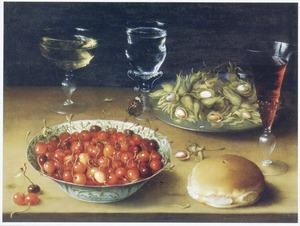 Stilleven van kersen in een porseleinen kom, lambertsnoten op een tinnen bord en divers glaswerk
