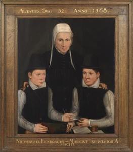 Portret van een vrouw en twee jongens van twaalf jaar