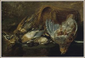 Stilleven van gevogelte naast een omgevallen rieten mand op een stenen plint