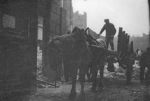 Paard en wagen bij bouwput te Parijs