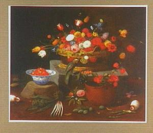 Stilleven van een mand met bloemen, een ketel met bloemen en een schaal aardbeien; met twee cavia's en een papegaai
