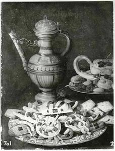 Stilleven met Siegburg kan, porseleinen schotel met suikerwerk en tinnen bord met geconfijt fruit