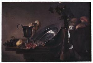 Stilleven met vruchten, schotels en drinkgerei