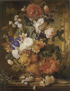 Bloemen in een terracotta vaas met een vogelnest tegen de achtergrond van een park met een standbeeld van Flora