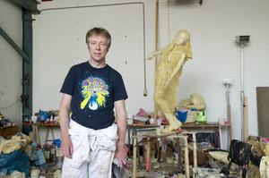 Portret van Folkert de Jong in zijn atelier