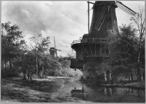 Afgeknotte molen bij een riviertje