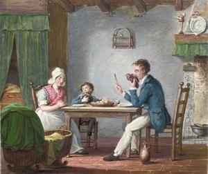 Biddend gezin met kind dat heimelijk een aardappel wegneemt