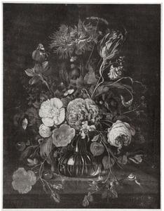 Bloemen in een glazen vaas op een stenen plint