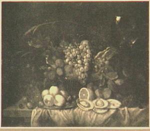 Vruchtenstilleven in een mand op tafel met roemer en oesters