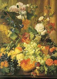 Vruchtenstilleven met bloemen op een balustrade voor een parklandschap met links een terracotta urn en rechts twee zuilen