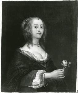 Portret van een vrouw met een bloem in haar hand